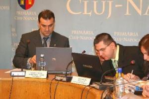 Space, enter, caps lock, tab, ctr+alt+del. Mindent egyszerre! Sorin Apostu polgármester (balról) és helyettese, Radu Moisin. (Rohonyi D. Iván felvétele)