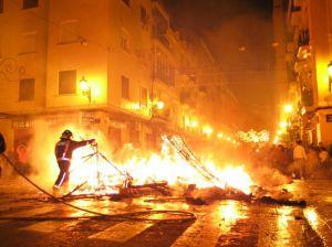 Zsúfolt utcákon égetik el a papírmasékat... (Saját felvétel)