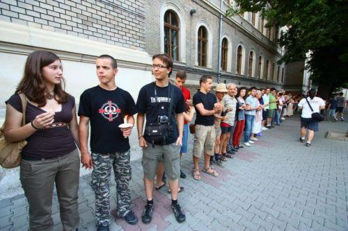 A Hatvennégy Vármegye Ifjúsági Mozgalom képviselőjének miért kell feltétlenül katona nadrágban és feliratos polóban részt vennie az élő láncon? (Rohonyi D. Iván felvétele)