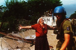 A survivor from Srebrenica cries out against the inaction of the United Nations. Tuzla 1995 (Fotó: Ron Haviv; Blood and Honey: A Balkan War Journal)