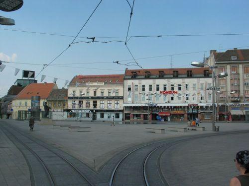 Eszék főtere. A körülbelül 120 ezer lakosú horvátországi város főtere sivár, mi több, sivatagi hangulatot idéz. Kb. ilyen lesz Kolozsvár főtere is. A villamos síneket leszámítva, persze.