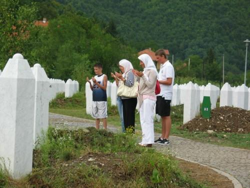 Az út talán legmeghatóbb felvétele: muzulmán család imádkozik a srebrenicai tömegsírnál