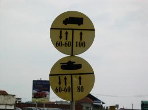 Az egyetlen utjelzo tablak Pristina kornyeken. Tankoknak elony.