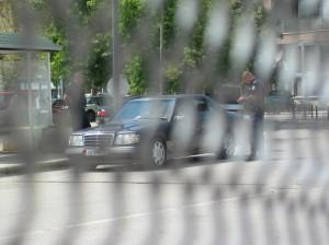 Alban rendszamu gepkocsit ellenoriznek a koszovoi rendorok a mitrovicai hidon. Tilos volt fenykepezni.