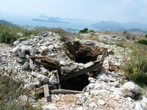 Végül mégis felmentünk, pedig aknamező mellett kellett elmennünk. Itt egy aknák által körülvett hajdani szerb lövészárok a kommunikációs torony közelében.