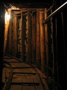A háború során felépített, kb. 700 méteres alagút a reptér alatt vezetett át, az ostrom alatt levő várost a szabad bosnyák területekkel kötötte össze