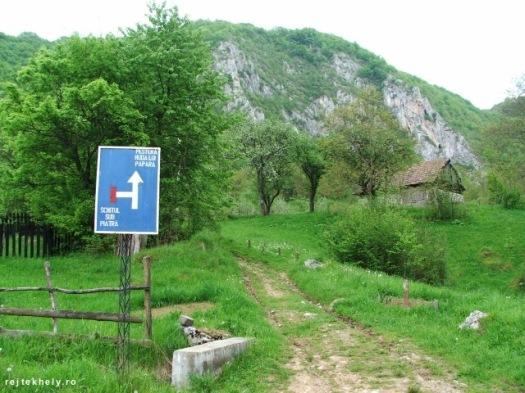 A Sub Piatră panzió mellől (idáig kocsival is ki lehet menni) indul az út a Szolcsvai búvópatak fele