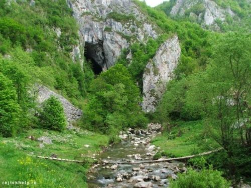 Közeledünk a Szolcsvai-búvűpatak barlanghoz. Déja vu érzésem van: mintha Pádison lennénk a Csodavárnál... (Fotó: www.rejtekhely.ro/www.trekkingklub.com)