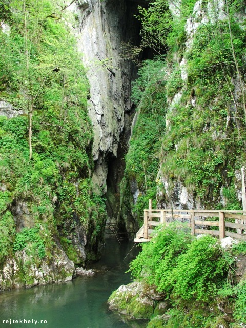 A Szolcsvai-búvópatak barlang bejárata. Valamikor be lehetett menni...