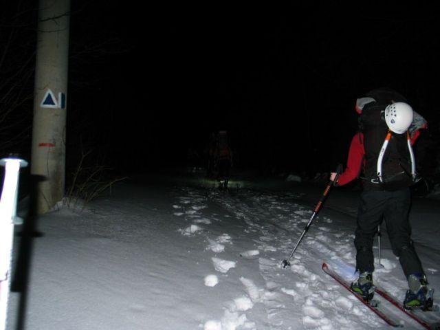Csütörtökön éjjel menetelés gyalog és túrasílécen. Kötelező a fejlámpa