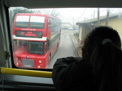 Miért van sok-sok piros, új londoni típusú, Hong Kongból vásárolt emeletes busszal tele a város? A helyes választ díjazom!