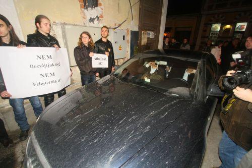 Az EMI és a HVIM elállja Mesterházy autójának az útját. Türelemmel viselt teher...