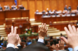 Akár 5-6 ezer lejt is megkereshetnek, de ez sem elég nekik: többen rokonaikat alkalmazzák a parlamenti irodákhoz. Mennyi pénz lenne elég?!
