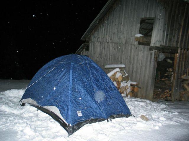 ... de az első éjszakát úgy aludtuk át, hogy a meleg házból gondoltunk arra, hogy a sátorban most hideg lehet. Azaz a sátrat felkészítettük a Nagy Napra...