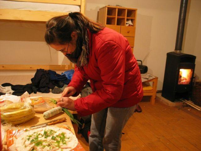 ... közben bent az alacsony hőmérsékletre való tekintettel kabátban készült a vacsora, azaz az arab kenyeres szendvics...