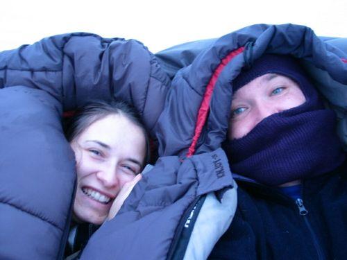 Ébredés vasárnap reggel. Szombatról vasárnapra virradóra aludtunk sátorban. Az adatok: a pénteki érkezéskor a szobában a hőmérséklet: -3 °C. Este kint: -8 °C. Szombaton hajnali fél ötkor kint -10 °C (vizelni voltam...), szombaton délelőtt -4 °C, a szobában szombaton délután 1 °C (éjfél után már nem raktunk a tűzre). Vasárnap hajnali 2 óra 30 perckor kint -10 °C, vasárnap hajnali 3 óra 20 perckor a sátorban -1 °C.