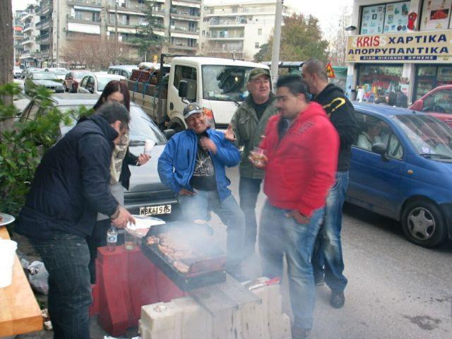 Görög lazaság: grillezés az úttesten... :)
