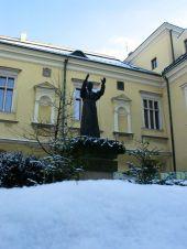 Második Pál pápa szobra Krakkóban. Imádják