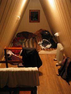 A Coushsurfing téli tábor egyik házikójának a manzárdja. Megelégedtünk a matracokkal és pokrócokkal. Lent három ágy volt, kevés intimitás, nekünk viszont szükségünk volt erre... Ráadásul az egész tető alatti rész a miénk volt. S még olajfűtőt bocsátottak rendelkezésünkre, bár az egész meleg felszállt...