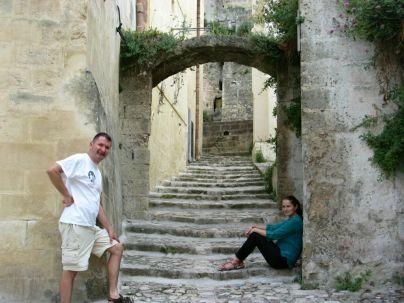 Matera: A hőség miatt senki sincs az utcákon, úgy érezzük magunkat, mintha kibéreltük volna a helyet. Többször meg kell állnunk a hőség miatt, főleg, hogy a Piazza Duomo, azaz a város legmagasabb pontjához akarunk eljutni. Itt van ugyanis a 13. században épült materai dóm – itt (is) minden lépésünket történelmi jelentőségű épület keresztezi