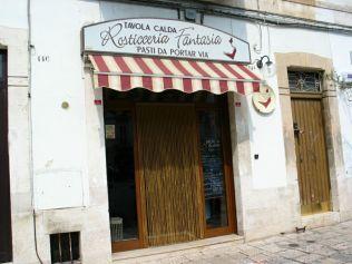 Putignano: Giuseppe Mastangelo tulajdonában levő Rosticceria Fantasia elnevezésű étkezde mentett meg a szieszta okozta éhhalál-közeli állapottól. Finom itt az élet