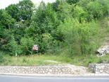 Turistajelzés. Bár azt írja, Krivádia-szoros, azaz Krivádia-szurdok, az ösvény nem oda, hanem a várromhoz visz!