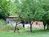 Ha pallón balra fordulsz, azaz a nehezebb változatot választod, elhaladsz a ház udvarán levő sírok mellett