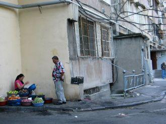 Mindenki abból él, amiből lehet. Szinte minden eladó. Pepe lakása mellett árusok próbálnak ügyfeleket találni...