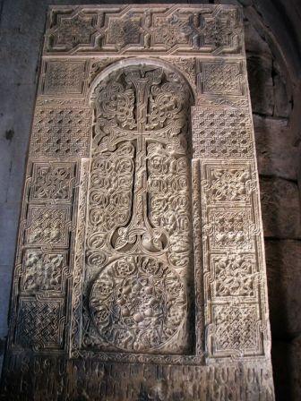 A híres örmény kőkereszt (hachkar) a Noravank kolostorban