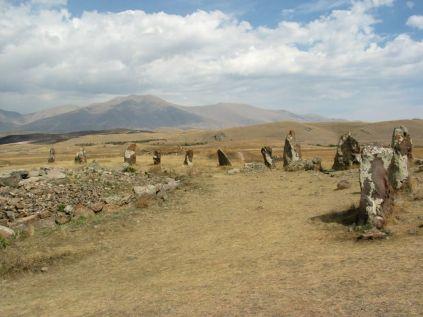 A következő állomásunkról, amely a Noravank kolostortól 100 kilométerre található Laci csak annyit mond: 7500 éves. Étkedve fogadom az infót, mert hirtelen elfelejtem, hogy Örményországban, az emberiség kulturális örökségének egyik fellegvárában járunk. Kiderül, hogy az örmény Stonehenge-ről, a világhírű Carahunge-ről, azaz a beszélő kövekről van szó. Megtudjuk, hogy valószínűleg csillagvizsgálóként használták ezt az örmény megalitikus építményt, amely kétszáznál is több óriáskőből áll. Éppen egy orosz televíziós stab forgat, csak egy kis idő után tudunk közelebb menni. A Jerevántól 200 kilométerre található Carahunge megalitikus építmény korát 7500 évesre becsülik, vagyis két és fél évezreddel idősebb angliai társánál. Lehet, hogy mégis igaz