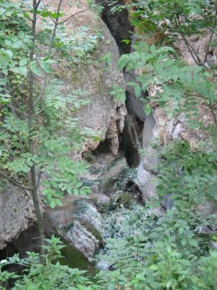 Kétnapos örményországi körúton második napján (az ott tartózkodásunk negyedik napján), szeptember 11-én pénteken elvonatkoztattunk a dátum végzetes csengésétől és korán reggel útnak eredtünk Harsnadzorból (Halidzor falutól négy kilométerre) , ahol Garnik úrnál és családjánál szálltunk meg. Festői szépségű hely. Még mielőtt elhagytuk volna a Tatev kolostor környékét lementünk az Ördög hídjához, amely a Voratan-szurdok alján található