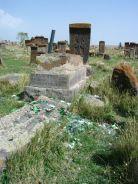 Ha itt iszol, majd az üres üveget a földhöz vágod, szerencsés leszel. Fura egy szokás, főleg egy temetőben...