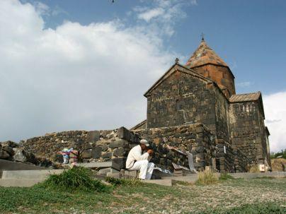 A Szeván-tavon levő félszigeten a IX. századi Szevanavank/Sevanavank kolostort tekintjük meg
