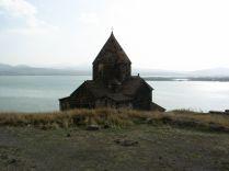 Sevanavank/Szevanavank kolostor, a háttérben a Szevan-tó