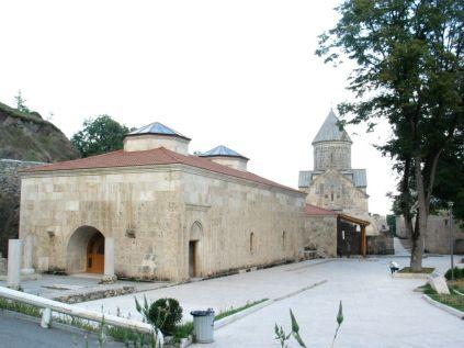 Felmegyünk még Haghartsinba is. Tizenharmadik század. Érdekes, s ugyanakkor megmagyarázhatatlan, hogy a Sasok Játékát az egyik emirátusi sejk pénzéből restaurálták. Ezzel véget ért a kétnapos körtúra, de azért még nem hagytuk el Örményországot...