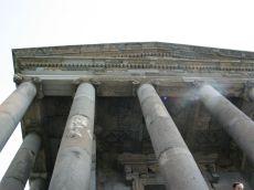 Megvárjuk, míg Borbély László (Zsebián) barátunk befejezi a munkát, majd együtt megyünk egy csodás helyre: Garniban vagyunk, az örmény Akropolisznál. Eredetileg pogány templomnak épült az I. században. Érdekes megjegyezni, hogy évente egyszer itt pogány rituálét játszó enyhén ateista egyének amolyan fesztivált szerveznek, állatokat áldoznak fel...