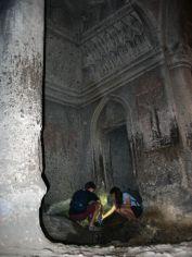 Geghard, a kőfalba vájt, ma is működő kolostornál megmosakszunk a sziklából fakadó vízzel (a képen éppen nem mi vagyunk). Állítólag minden jót jelent, ha ez megtörténik...