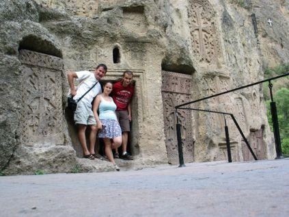 Geghard a középkorban az örmény szellemi élet központja volt. A sziklába vájt kolostor és a lakások ma is láthatók. Mi is eléggé vizibilisek vagyunk... :)