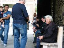 Sorban állnak a Tbiliszi melleti Mtskheta városában található kolostornál