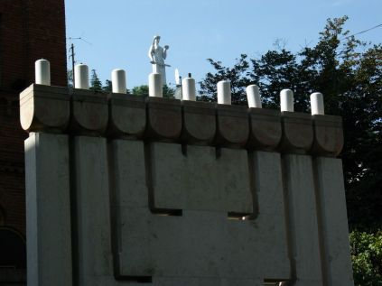 Az egyik zsinagóga udvarából még a Mother Georgia is látszik
