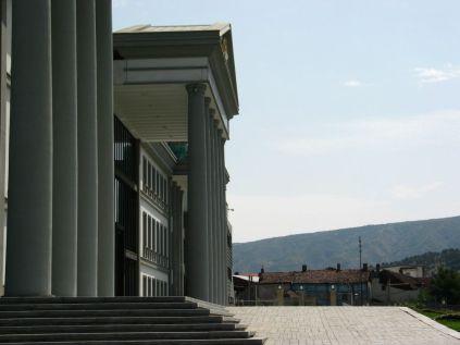 Az elnöki palota közvetlen közelében nyomornegyed. Az épületet alig néhány évvel ezelőtt adták át