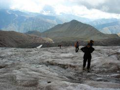 Egyre nehezebb haladunk felfele. 3 ezer méter magasan lehetünk. Mindenki sűrűbben veszi a levegőt, keményen var a szívünk...