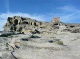 Hatalmas helyiségeket vájtak a kősziklákba, templomot hoztak létre. A hely 20 ezer fős várossá bővült, színházzal, s komoly infrastruktúrával