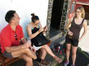 Éva, a Los Amigosban megismert németországi ismerősünk is elkísért a túrára. Azt hiszem, éppen az utca nevén nevetünk...