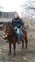 Attila már lovagolt, otthonosan mozog a paripán
