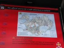 A keflaviki repülőtéren máris tájékoztatnak az időjárási viszonyokról, illetve az utak állapotáról. Csak perselyként fungáló befőttes üvegben láttam izlandi koronát, mindenhol tudtam debit bankkártyával fizetni. Edgár, köszi a tanácsot!