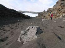 Az érkezésünk utáni első órákban átmentünk az észak-amerikai kontinensre. Túlzás nélkül. Áthaladtunk ugyanis azon a hídon, amely az észak-amerikai és az eurázsiai tektonikus lemezt köti össze. A kontinensvándorlás elmélet szerint az eurázsiai és észak-amerikai tektonikus lemezek folyamatosan távolodnak egymástól, tátongó szakadékokat hozva létre a törésvonal nyomvonalán. Mivel a lemezek egymástól eltérnek, lineáris törések, repedések képződnek, és a miattuk keltett feszültségek által a lemezek távolodnak egymástól. Ez adja meg Izland sajátos jellegét: a tektonikus lemezek találkozása miatt a sziget folyamatos vulkanikus és geotermikus nyomásnak van kitéve