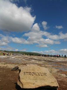 Második napi első állomásunk a közismert Thingvellir Nemzeti Park, amely egyike Izland négy ilyen jellegű helyének, az ország egyetlen világörökségi helyszíne. Az 1930-ban alapított intézményt azért hozták létre, mert egyrészt mert itt van az izlandi nép számára legfontosabb történelmi emlékhely (Ingólfur Arnarson utódai, Izland első telepesei ezen a helyen alapították a világ első parlamentjét, az Alþinget, 930-ban), másrészt mivel tektonikailag ez a Föld egyik legérdekesebb része. Az Alþing 1798-ig folyamatosan ezen a helyen ülésezett