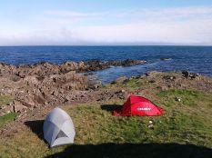 A Maps.me kiváló ingyenes off-line navigáció segítségével próbáljuk kideríteni, sikerül-e eljutnunk a szigetet körbeölelő 1-es számú főúttól több száz kilométeres letérőt jelentő Westfjordokat. Nem sikerül. De kompenzálja a túra legemlékezetesebb élménye: sátorozás az Atlanti-óceán partján a fókakolónia közelében