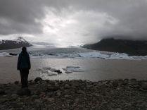 Jökulsárlón egy olyan hely, amely csak két helyen létezik: a mesében és Izlandon. Itt két óriás találkozik: a Vatnajökull gleccser és az Atlanti-óceán. Amikor ilyesmire sor kerül, úgy a mesében, mint a valóságban rendkívüli dolgok történnek. Ebben az esetben egy gyönyörű úgynevezett gleccserlaguna, amelyben jégtömbök úsznak, akárcsak az Északi vagy Déli Sarkon. Eddig valahogy itt éreztem magam a legközelebb a Teremtőhöz. A természeti szépség, az általunk is látott két jégtömb-törés, a fókák visszautaztattak majdnem a teremtett világ elejéhez, a jégkorszakhoz. Innen pedig már egészen közel van a teremtés pillanata... A természet ereje és szépsége talán itt nyilvánul meg a legteljesebben